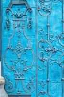 Close up di blu dipinto di porte in acciaio barocco riccamente decorato foto