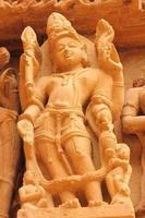 scultura in pietra scolpita del dio indù foto