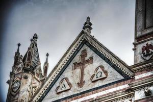 primo piano della facciata della cattedrale di santa croce foto