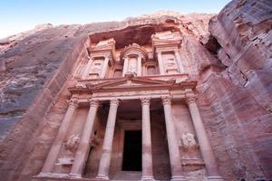 imponente monastero a petra, giordania foto