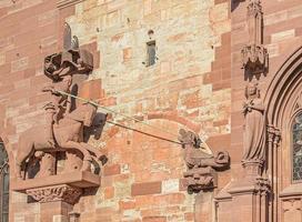 scultura sulla facciata del minster di basilea foto