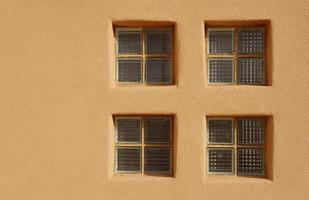 finestra di mattoni di vetro nel muro foto