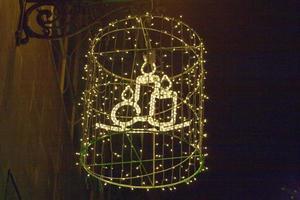 candela di Natale sul muro con lampade foto