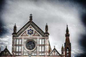 Santa Croce vista frontale sotto un drammatico cielo grigio foto