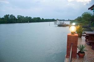 lampione su palo, priorità bassa dell'acqua foto