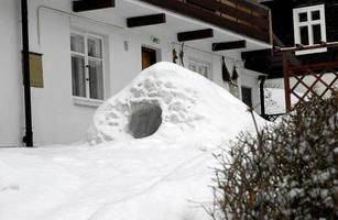 igloo nella parte anteriore della casa foto