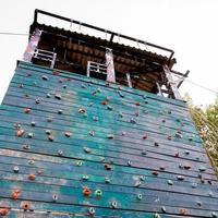 superficie runge di una parete artificiale di arrampicata su roccia foto