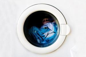 vista frontale di una porta della lavatrice con una finestra circolare foto