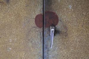 armadio e maniglia in ferro grunge