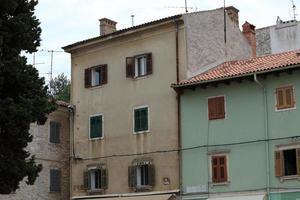 hausfassaden und fenster in der altstadt von pula in kroatien