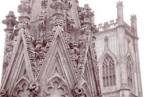 dettagli sulle rovine della chiesa di san luca, liverpool