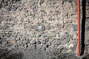 vecchio muro di pietra e tubo foto