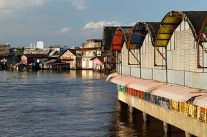 città di banjarmasin su un'isola del borneo, indonesia foto