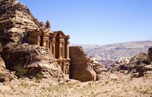 il monastero nell'antica città di petra, in giordania