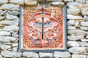 tradizionale finestra decorata su pietra casa tibetana foto