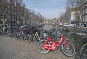 parcheggio per biciclette presso il canale, amsterdam.