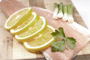 filetto di salmone crudo isolato su sfondo bianco foto