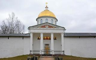 st. cattedrale di san michele del monastero della santa dormizione delle grotte di pskov foto