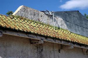 vecchio tetto di tegole metalliche