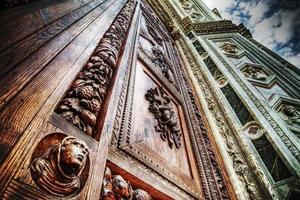 primo piano della porta d'ingresso di santa croce a firenze foto