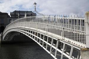 ha'penny bridge, river liffey, dublino foto