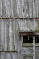 fienile in legno stagionato - facciata e finestra foto