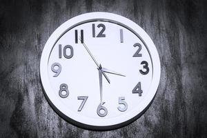 orologio moderno su un muro di cemento grungy foto