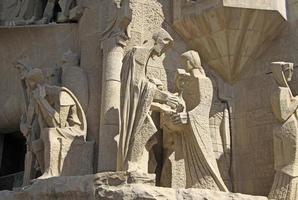 facciata della passione del tempio della sagrada familia di barcellona, in catalogna, spagna