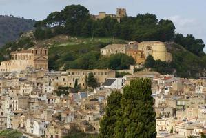 calatafimi vista della città, sicilia, italia foto