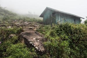 capanna abbandonata sulla collina foto