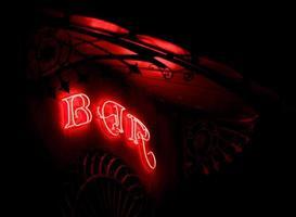 bar al neon in un tendone modernista foto