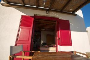 terrazza e primo piano da una tipica facciata a folegandros. foto