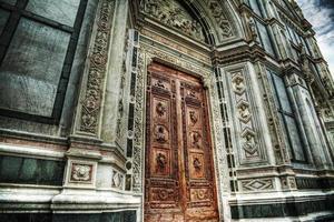 porta principale di santa croce a firenze foto
