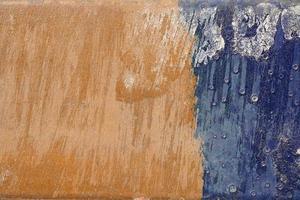 superficie rauca, graffiata e sbucciata con blu e giallo-bro foto
