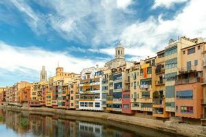 girona. facciate multicolori di case sul fiume onyar foto