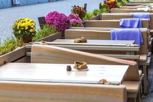 terrazza vuota del caffè autunnale con tavoli e sedie. focalizzazione morbida foto