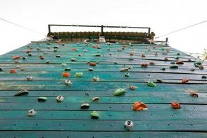 superficie del grunge di una parete artificiale di arrampicata su roccia foto