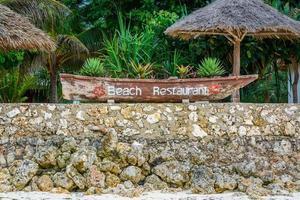 segno del ristorante sulla spiaggia foto