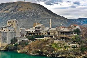 città vecchia di mostar con paesaggio di montagna foto