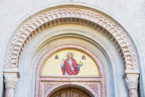 mosaico dell'immagine di Dio sopra il portale di una chiesa. foto