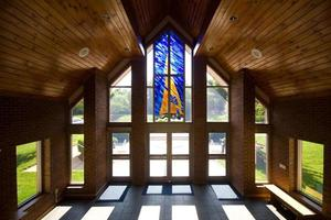 lobby moderna della chiesa con vetrate foto