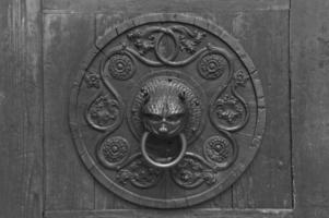 battente di porta antico arrugginito del grunge, fondo foto