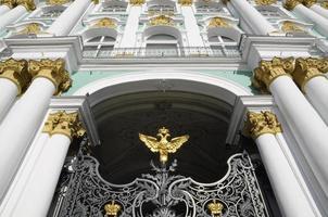 vista frontale, cancelli del palazzo d'inverno, st. petersburg, russia foto