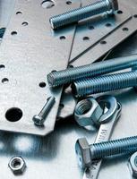 preparazioni metalliche ed elementi di fissaggio sul fondo metallico graffiato