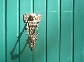 angelo battente porta al cancello del paradiso con la sua ombra foto