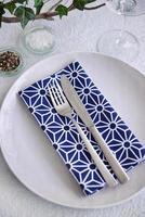 tavolo da festa semplice impostazione blu e bianco foto