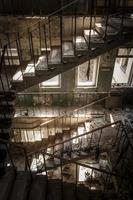 scale di cemento in un edificio abbandonato