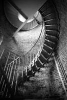Scala a chiocciola in metallo architettura in mattoni interni edificio storico