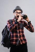 giornalista fotografo carismatico con occhiali e camicia a quadri foto