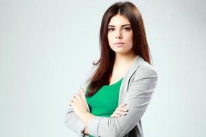 donna in piedi con le braccia conserte foto